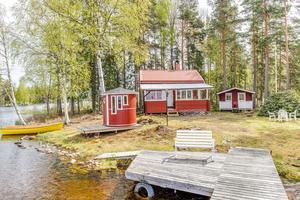 Udde vid sjön Hillen, gästhus om cirka 15 kvm, inglasat uterum, egen brygga samt vedeldad bastu. Foto: Carina Heed
