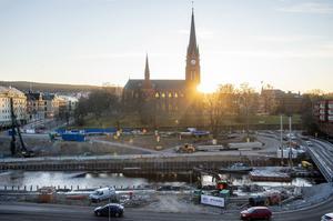 Det är barbacke kring GA-kyrkan. Vid Selångersån pågår bygget av den nya Storbron.