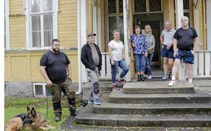 Gamla skolhuset är den enda gemensamma  samlingslokalen i Ålsta, och hemvist för bordtennisklubben.  Nu tänker kommunen sälja fastigheten, och besvikelsen bland byfolket är stor.