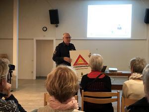 Kommunpolisen Rolf Ångström informerade om grannsamverkan.
