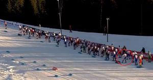Filip Danielsson (i ringen) hade ett mycket otacksamt utgångsläge i 30-kilometersloppet i Lillehammer, och inte blev det bättre när varken kroppen eller skidorna fungerade exakt som han ville ... Faksimil: SVT