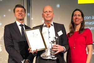 Krister Blomgren, vd på Engcon Group, tar emot priset priset av Deloittes VD Jan Berntsson och Maria Groschopp Dellwik, business development på Nasdaq Nordics.  Foto: Pressbild