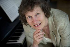 Karin Rehnqvist är den första kvinna som gör specialskriven musik till ett kungligt bröllop. Ett bra val och ett välkommet slag för jämställdheten – till skillnad från vissa andra inslag i lördagens ceremonier. Foto: Fredrik Sandberg/Scanpix