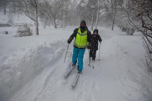 I Sundsvall togs ett historiskt beslut att stänga kommunens skolor för undervisning. I stället ägnades arbetsdagen åt planering och efterarbete och lärarna Lars Magnusson och Ulrika Nordin tog skidorna till och från jobbet på Västermalms skola.