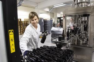 Sian Remfry med erfarenhet från vinmakeri i Sydafrika och nyinflyttad i Östersund matar nytappade flaskor med björksav och lägger dem i lagringsfat i den nya vintillverkningen på Storsjö Strand.