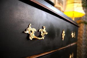 Byrån i vardagsrummet är ett auktionsfynd från Effecta som Gunmari håller på och målar om.