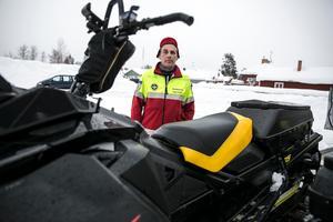 Tomas Dahlqvist, fjällräddare, vid en av skotrarna som användes vid sökinsatsen.
