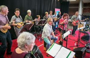 Med 13 musiker på scenen blev det fullt ös när Caféorkestern bjöd på en välblandad repertoar.
