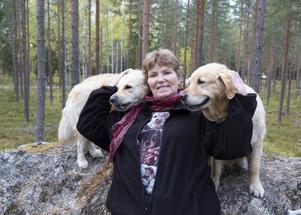 Med Ebba och Tasha i skogen trivs Annika Östberg.
