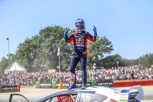Oliver Eriksson klev upp på taket av sin bil, efter segern. Foto: RX2