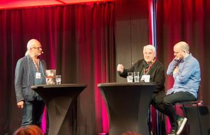 Ingemar Westlund och Hannes Dükler i samspråk med Deckarfestivalens moderator Anders Larsson. I publiken satt också gamla klasskamrater till Ingemar Westlund från Hedbergska – människor han inte sett på 40 år.
