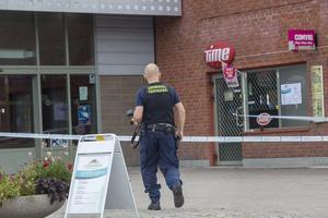 Polisen spärrade av delar av gallerian för att i lugn och ro kunna säkra spår.