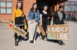 Liv Ståhlkloo, Moa Persson, Lovisa Nilsson och Engla Matsdotter var inte helt nödja med bemötandet vid kommunhuset.