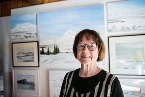 Maisie Edman Hollman i Pellbo arbetar med både akvarell, akryl, glas och porslin.
