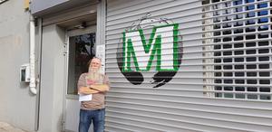 Agge står framför sin butik.
