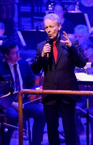 Dirigenten Simon Phipps är i Västerås för första gången men verkar genast bekväm med både Sinfoniettan och sångarna.Foto: Lennart Hyse