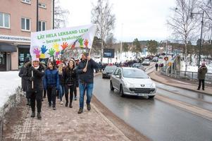 Madelene Jones och Anders Wahl gick längst fram manifestationståget. Över 500 personer deltog.  Foto: Per-Inge Mill