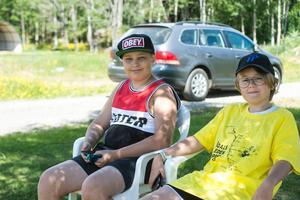 Viktor Backlund och Malte Jakobsson fick vänta några timmar innan de första löparna nådde deras vattenstation.