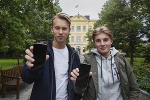 Jonathan Lundin och Simon Lagnelius lämnar mobilen i skåpet under lektionen.