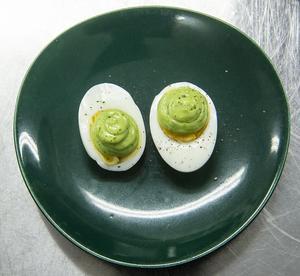 Under påskveckan väntas svenskarna äta drygt 2000 ton ägg. Amanda serverar äggen med dillmajonnäs