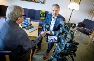 Liberalernas partiledare Jan Björklund  svarar på Mittmedias tittarfrågor. Vid mikrofonen Klas Leffler.