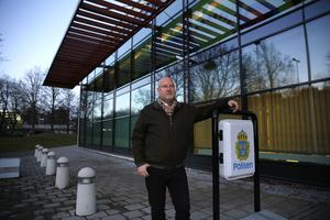 Gunnar Appelgren utanför polishuset i Södertälje. Foto: Stina Lagerkvist.
