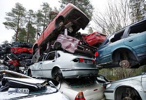 Högar av bilvrak växer i väntan på pressen som kommer två gånger om året.