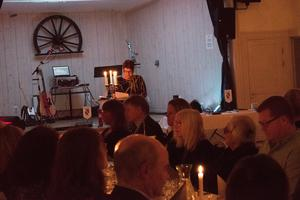 Fredagskvällens festligheter på Gammelgården inleddes med ett tal av Maria Strömkvist.