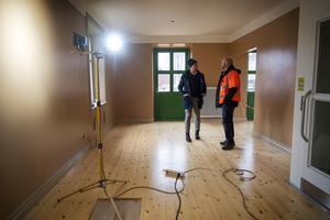 Urban Simander från Skifu i samspråk med projektledaren Lars-Åke Thidevall. Det här rummet är en del av väntsalen där det ska finnas kafé.