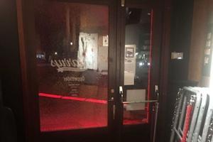 Skotthål i dörren till Harrys. En bild från polisens förundersökning.