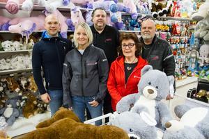 Thomas Westerdahl, Markus Ehn, Rolf Andreasson, Susanne Näström och Britt Marie Windemo  hoppas kunna samla in ännu fler julklappar i år till fattiga barn.