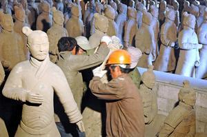 Bild: Katarina Lönnberg 20080627. Det stora dragplåstret är en kopia av terrakottaarmén. 200 soldater och hästar i naturlig storlek har skeppats från Kina till Älvkarleby.