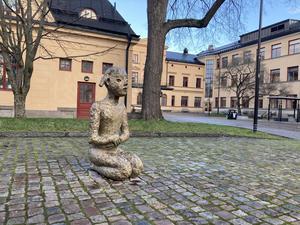 """Skulpturen """"På knä"""" av Lena Cronqvist, vid Karolinska gymnasiet i Örebro."""