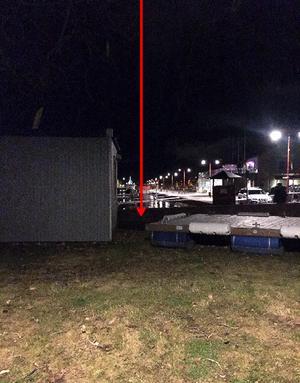 Pilen visar platsen där överfallet skedde intill båthamnen i Östersund. Två personer dömdes på måndagen för misshandel. Foto: Polisen