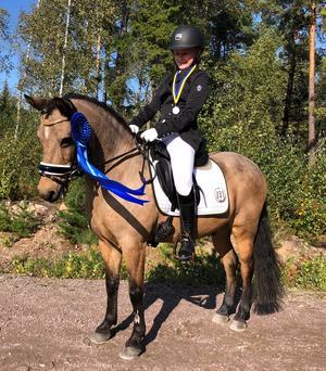 Hanna Järvinder tog silver i B-ponnyklassen.