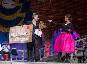 Frida Davidsson i rampljuset på Blå Hallens scen. Hon har tilldelats utmärkelsen Årets Gesäll och presenteras på bilden av konferenciern Li Pamp. Foto: Jenny Thornberg
