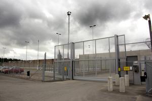 Jag tror inte ett ögonblick på att fängelser och inspärrning löser de problem som samhället måste hantera. Det är dessutom dyrt att låsa in folk. Stängsel, murar, lås, personal, säkerhet kostar stora pengar, skriver Anita Bertilsson. Foto: Anders Sjöberg.