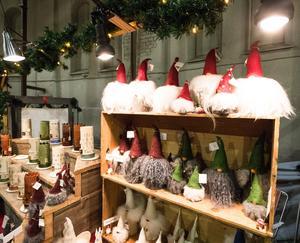 Vad är en julmässa utan tomtar. Här gick att fynda flera olika modell