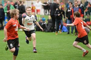 Hampus Arvidsson i GUIF stormar fram mot Västerås Irsta i P06-slutspelets B-semifinal. Irsta vann till slut med 13–9. De vann även finalen mot Öjeby IF med 14–5.