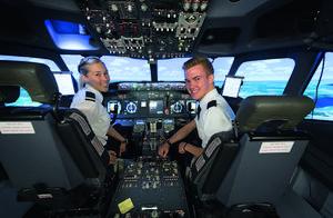 Ida Lundkvist och Staffan Eriksson under sin utbildning till kommersiella piloter i OSM Aviation Academy's Boeing 737-simulator i Västerås. Utbildningarna skräddarsys direkt mot den kommersiella luftfartens behov. OSM Aviation Academy är en av fem flygskolor på Hässlö.  Foto: Jonas Bilberg