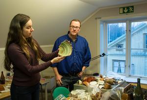 Pernilla Hembjer och Ola George på Länsmuseet Västernorrland visar upp delar av de utgrävda föremålen från 1600- och 1700-talet. Fynden gjordes vid Bünsowska tjärnen.