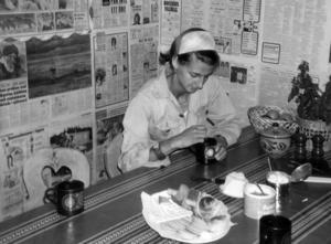 1975 berättade ÖP om Ann Norling och Arne Rosén som skaffat gård i Vemdalen och för första gången hade sina djur på fäbodvallen Risvallen. Bustugan tapetserade de med gamla tidningar som sig bör.