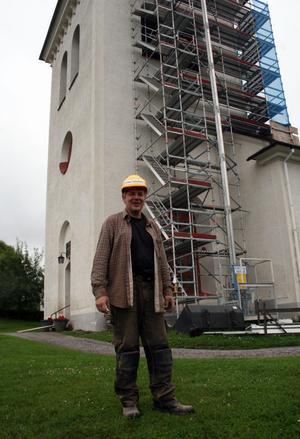 Tomas Nylander är förvånad att inte hela klockspelet rasat ner, så ruttna som de bärande bjälkarna visade sig vara i infästningarna i tornmuren.