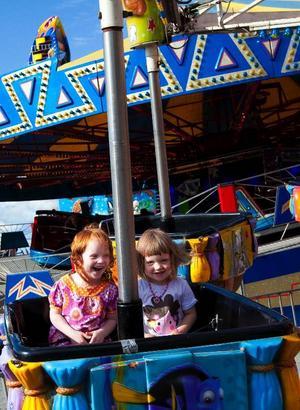 14.17 Kusinerna Elin Jonsson, 4 år och Tilda Andersson, 3 år åkte luftballong-karusell på tivolit. Foto: Håkan Luthman