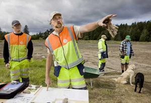 Arkeologerna Jonas Wikborg och Mattias Landelius under utgrävningarna på västra Skälby i augusti. Foto: Per Groth/VLT Arkiv
