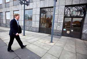 Bo Dahllöf på väg till stadshusets entré år 2012 som ny stadsdirektör. Då var han på väg in, nu är han på väg ut. Under Dahllöfs tid var stadsdirektörens roll helt annorlunda och mer utåtriktad än den var för hans föregångare på 1900-talet.