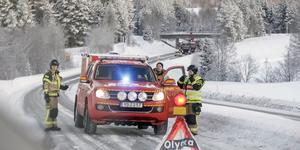 Räddningstjänsten från Svenstavik har arbetat med att städa upp efter morgonens olycka. Foto: Markus Lundkvist.