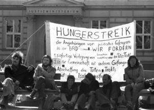 Anhöriga till Baadher Meinhof ligans fängslade medlemmar under en protest framför Justitiedepartementet i Düsseldorf 1974.