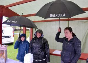 William Holberg, Emma Eldmarker och Annelie Dragsten, som sålde paraplyer åt klass 4B, behövde stundtals använda paraplyer under det läckande presenningstaket.