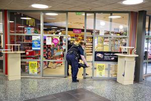 Polisens tekniker började sin spårsäkring inne i Time-butiken.